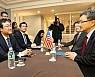 한·미 6자 수석 '북핵 평화적 해결' 방안 협의