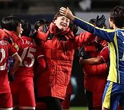 기쁨 나누는 북한 여자축구대표팀