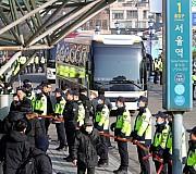 서울역 광장에 들어서는 북한 예술단 사전점검단