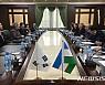 강경화, 우즈벡 대통령 만나 '한반도 평화' 지지 요청