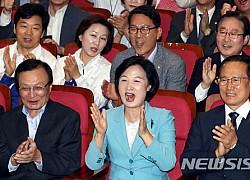 민주당, 출구조사 결과 '압승'에 환호·박수…온통 축제분위기