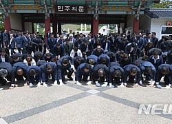 민주당 광주·전남 당선자 5·18민주묘지 합동참배···감사 큰절