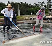 소금 만드는 김영춘 장관