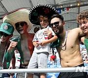 응원 하는 멕시코 축구팬들