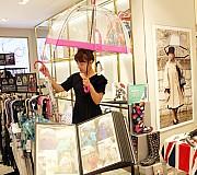영국여왕  우산 '나도 한번 써볼까?'