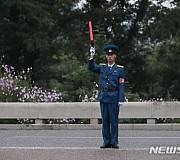 도로 통제하는 북한 교통 안전요원
