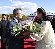 환송 꽃다발 받는 문재인 대통령