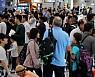 추석 연휴 마지막날, 붐비는 인천국제공항 입국장