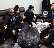 5.18구속부상자회 회원들과 이야기 나누는 장병완