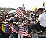 베네수엘라 국경 '일촉즉발'…야권, 구호품 반입 강행 시도