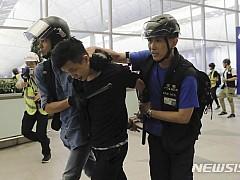 홍콩경찰,  공항시위대에 최루탄···폭력시위로 5명 체포
