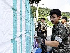 '낡은 벽을 산뜻하게' 3함대 헌병대대, 목포 구도심 벽화 그리기