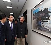 조선화 거장 선우영 展 작품 살펴보는 박양우 장관과 안민석 위원장
