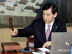 역대 최저치로 내려간 기준금리···예금·대출금리 하락 어디까지