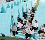 '도심 속 텐트에서 맥주 마시며 즐거운 시간'