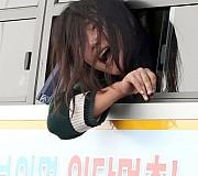 경찰버스에서 얼굴내밀고 구호 외치는 대진연