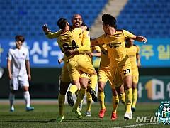 광주, K리그2 우승 보인다···안양 4:0 대파
