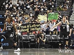 美 NBA 경기장으로 번진 홍콩 사태···관중 수십명 시위