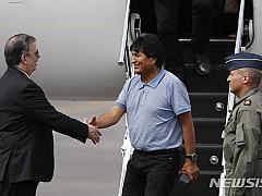 망명 모랄레스, 멕시코 도착···멕시코 외무장관 환영받아