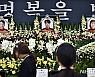 '독도 소방헬기 추락사고' 헌화하는 가족