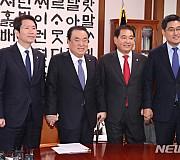 손 잡은 국회의장-교섭단체 원내대표들