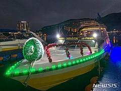 바다에서 즐기는 연말 '배타는 산타'