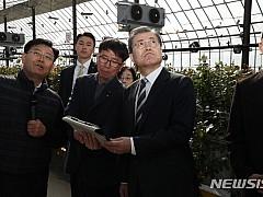 장미쿨링하우스 시연 설명듣는 문재인 대통령